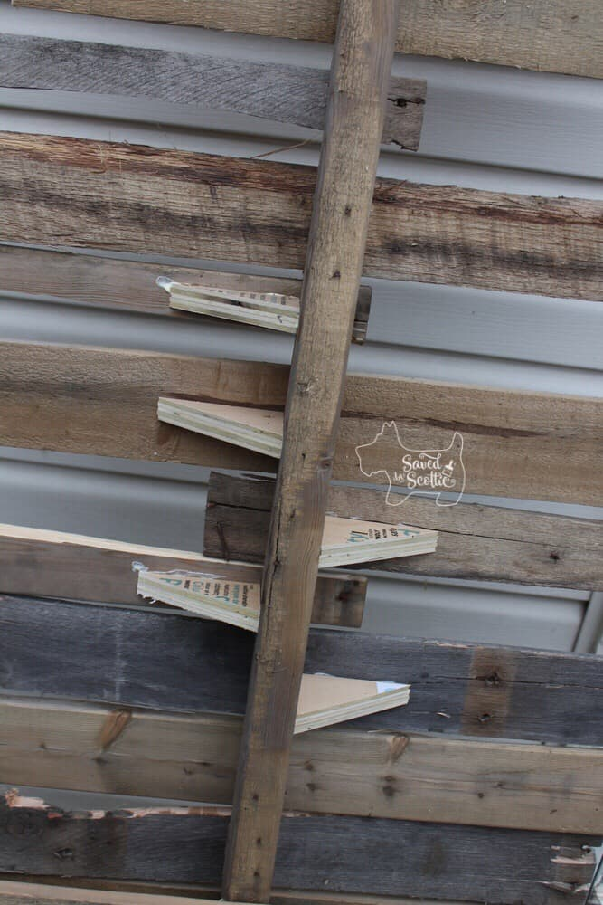 the back of the wood pallet christmas tree with triangular shaped wood pieces supporting some of the slats.